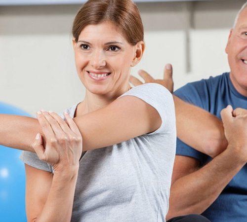 Dehnübungen im Fitnesscenter